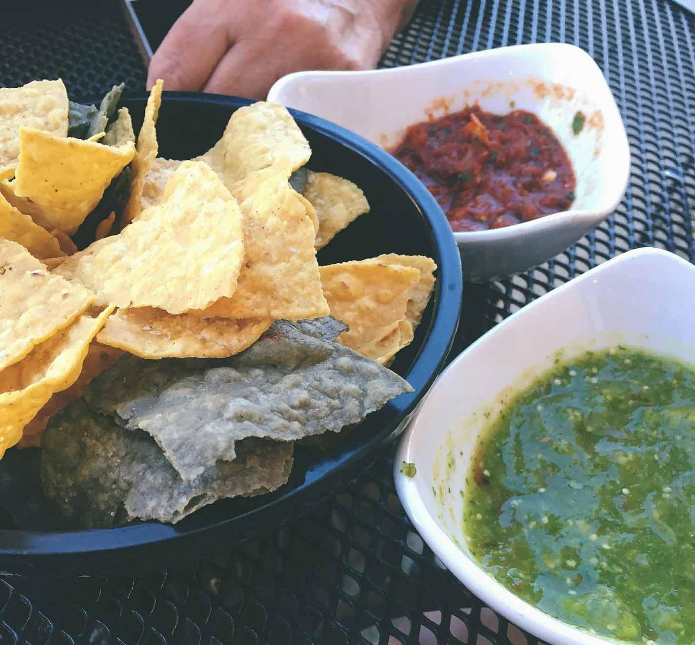Nachos mit traditionellen mexikanischen Saucen