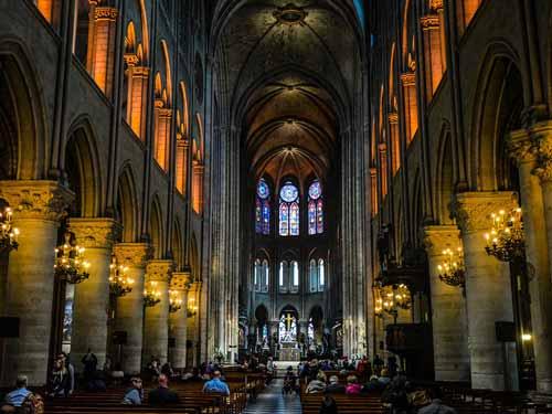 Kein Urlaub in paris ohne Notre-dame mit seinem berühmten gotischen Kirchenschiff