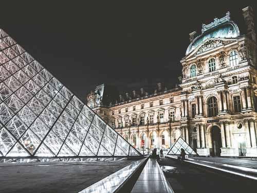 Louvre mit seiner Pyramide. Für Kunstinteresssierte ein Muss bei einem Urlaub in Paris