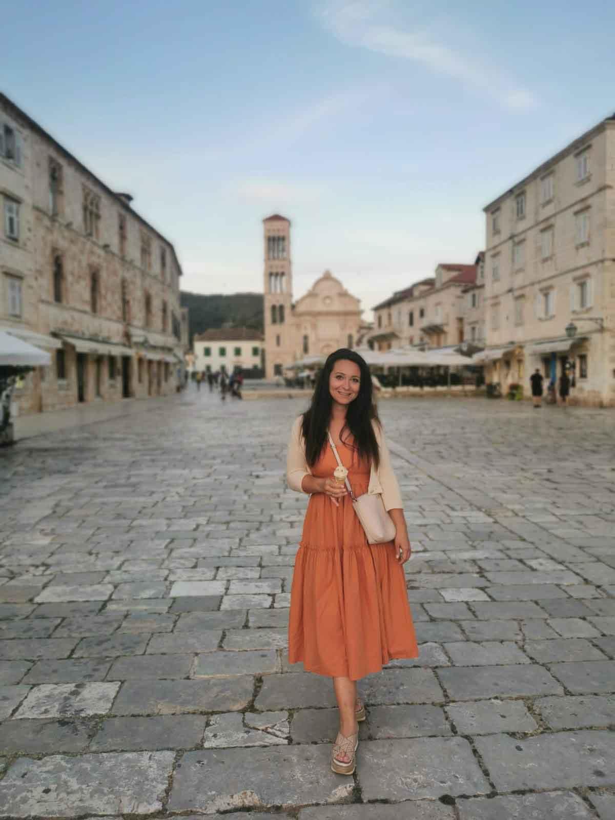 Lana bei ihrem Kroatien-Urlaub in Hvar