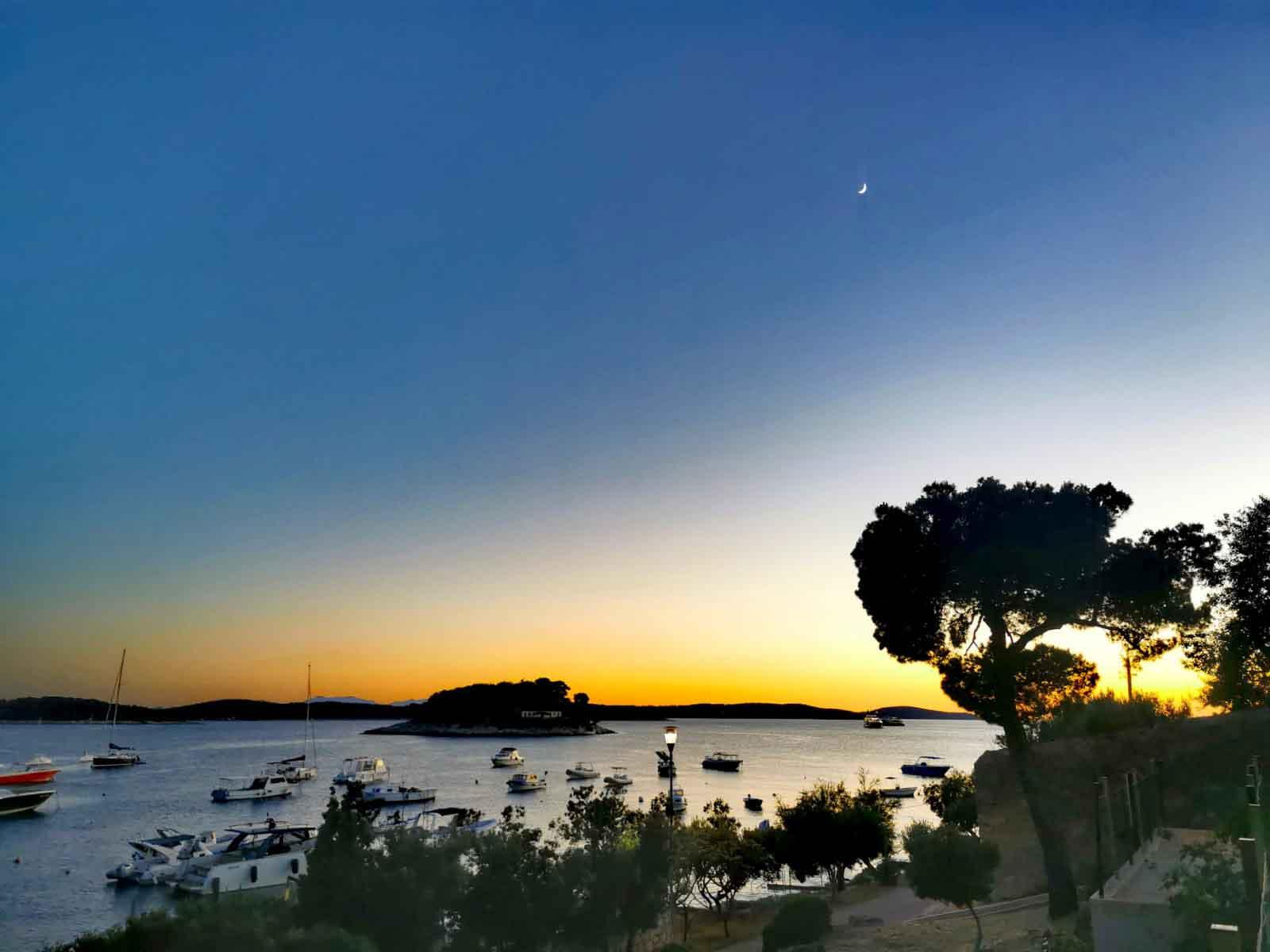 Romantischer Sonnenuntergang beim Urlaub auf Hvar