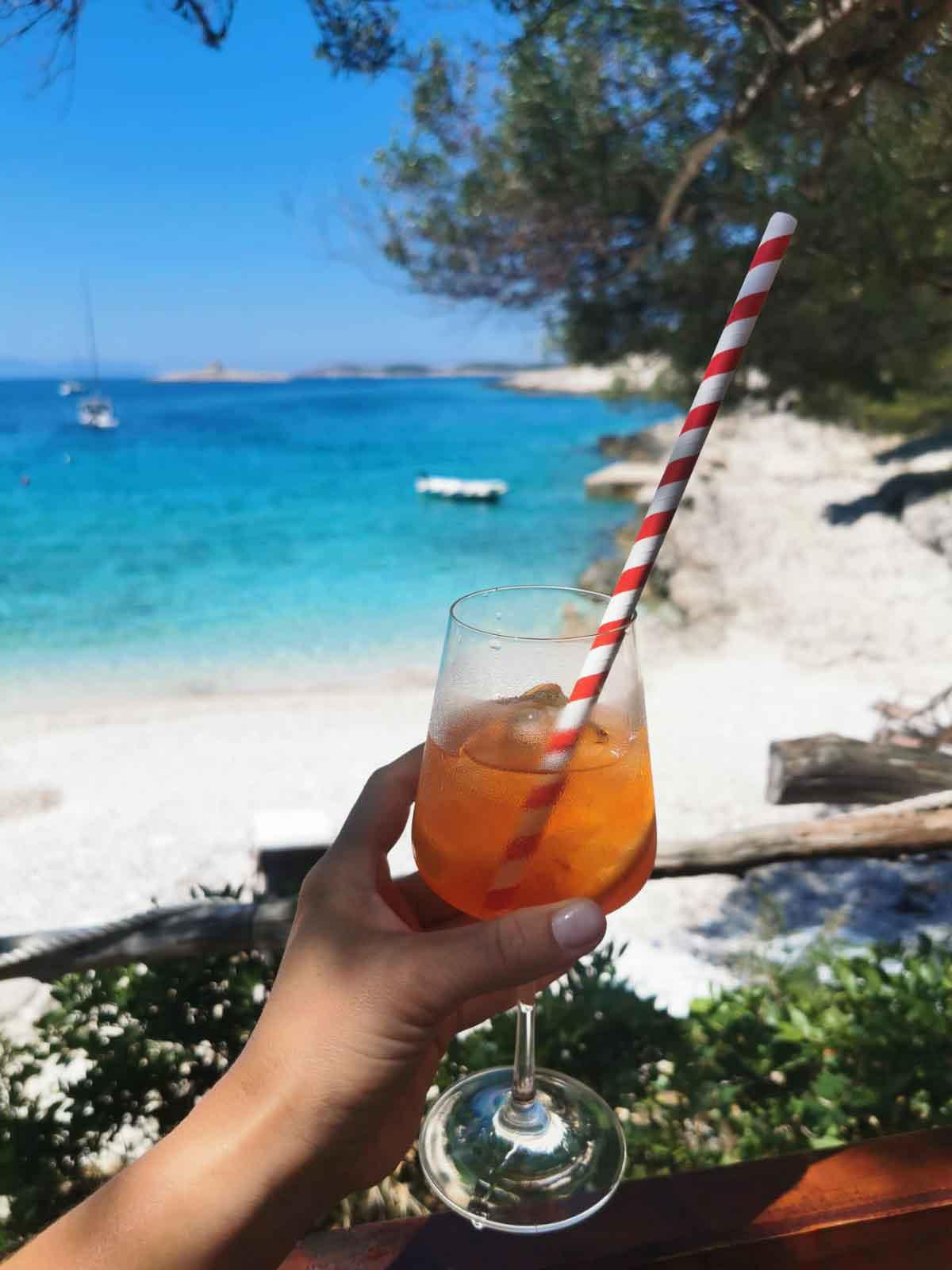 Ein Drink am Strand von Hvar